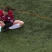 Futbolista se disloca la rodilla, la acomoda a golpes ¡Y sigue jugando!