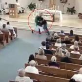 Joven ataca a sacerdote ¡en plena misa!