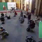 Reportero de Tamaulipas se hinca para pedir palabra en la 'mañanera' de AMLO