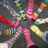Los calcetines locos y coloridos demuestran creatividad y éxito