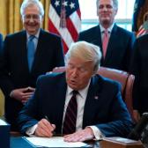 Trump firma plan de rescate para combatir el coronavirus