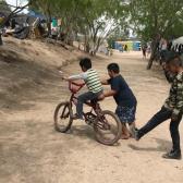 Voluntarios juntan fondos para patio de juegos en campamento de migrantes