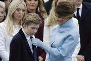 Melania Trump defiende a su hijo tras comentario en audiencia