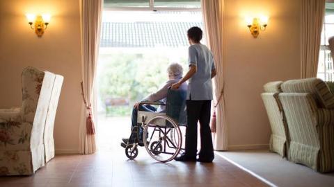 Hogares de ancianos en Texas presentan brote alto de COVID-19 y no son parte del conteo