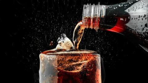 ¡Evita el exceso! Hombre muere por beber 1.5 litros de refresco