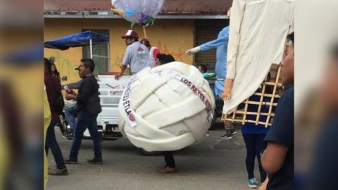 ¡Imagínate vivir en suiza y perderte esto! Dan 'ultimo adiós' a dueño de cremería con todo y botarga de queso Oaxaca