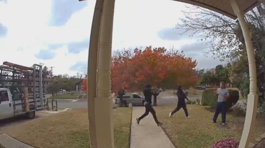 Buscan a ladrones que robaron a hombre en el patio de su casa