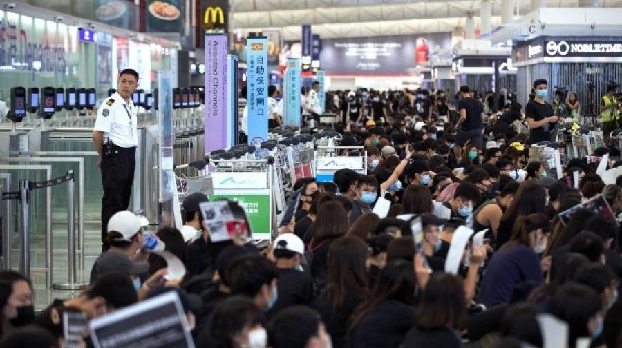 Tras nueva ola de protestas, cancelan vuelos en aeropuerto de Hong Kong