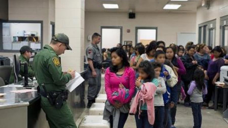 """Encierran en secreto a decenas de niños inmigrantes en un lugar llamado """"sitio negro"""""""