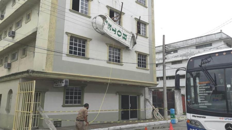Rayo desprende anuncio de hotel en Tampico