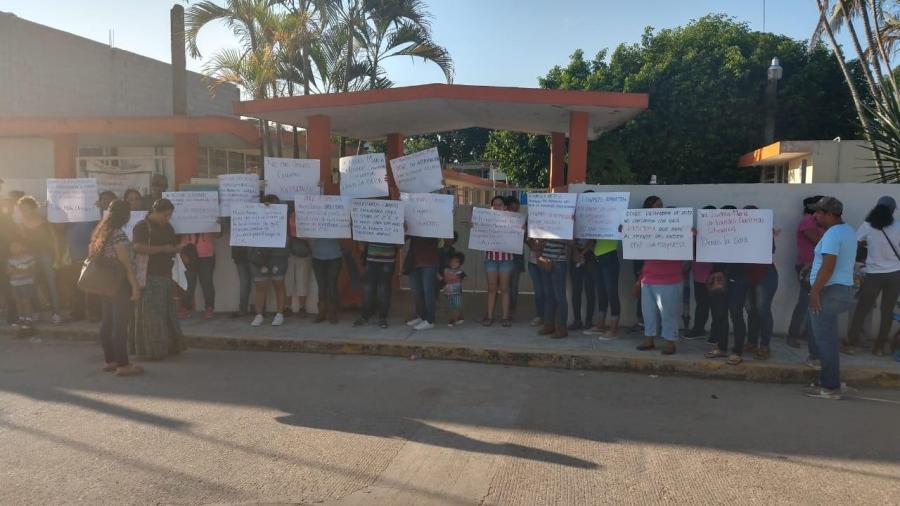Madres de familia hacen plantón exigen directora en jardín de niños