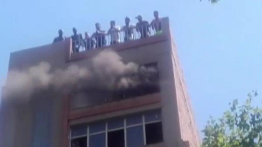Nueve heridos leves por inhalación de humo en un incendio de edificio en Barcelona