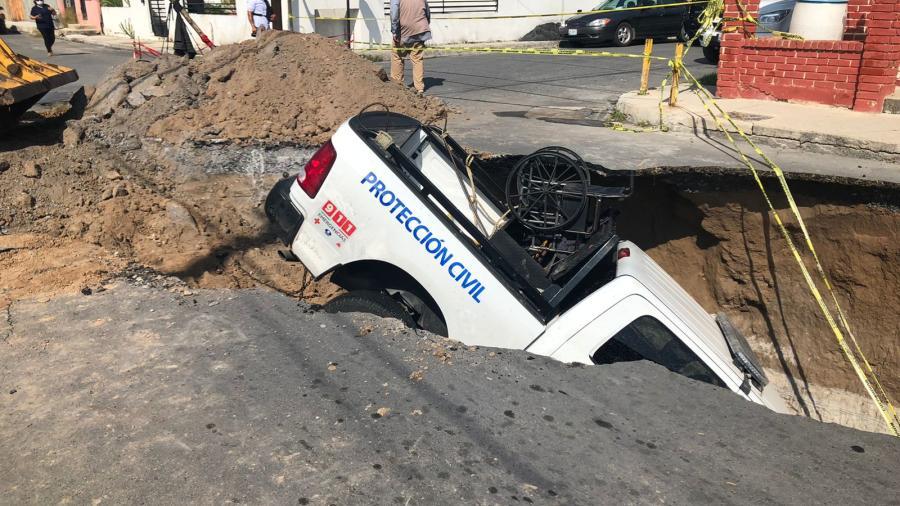 Se traga socavón a patrulla de Protección Civil en Nuevo Laredo
