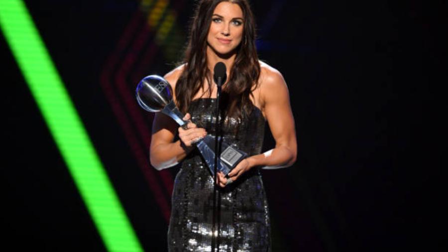 """Alex Morgan recibe el premio ESPYS como """"La Mejor Atleta Femenina"""""""