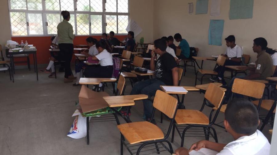 Entregan becas municipales a estudiantes