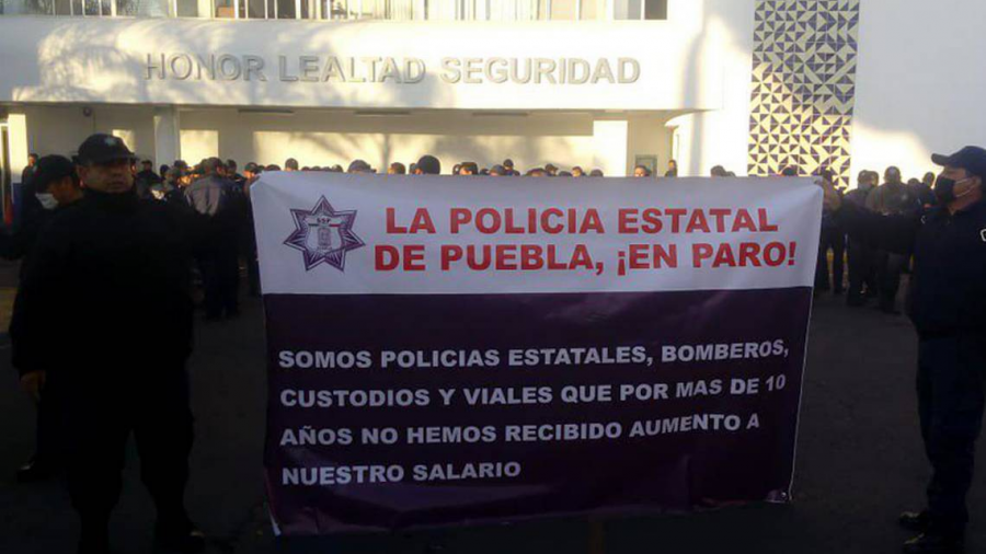 Policías de Puebla protestan por aumento de sueldo