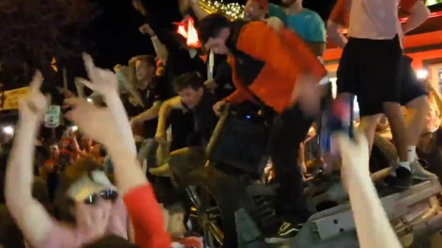 Jóvenes en Texas celebran campeonato de su equipo con disturbios
