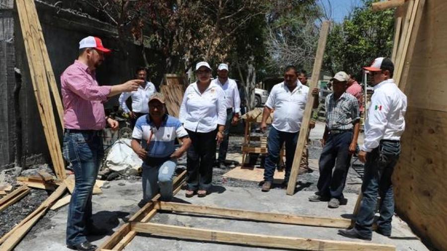 Alcalde ayuda con la reconstrucción de una casa de un abuelito