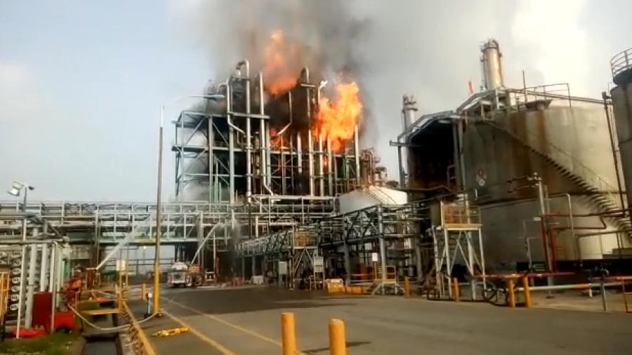 Registran explosión y un incendio en PETROMEX