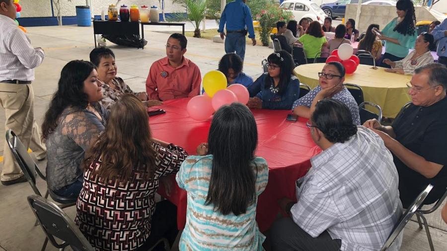 Alumnos de la UPN festejan a maestros