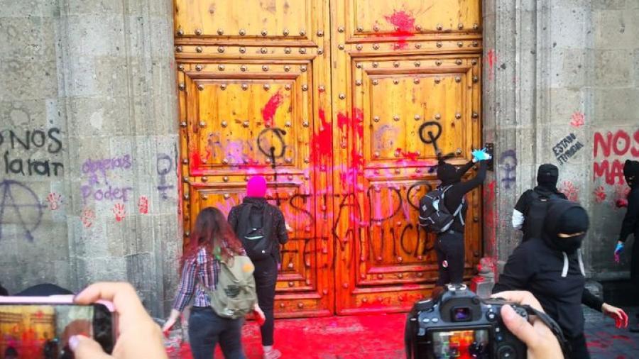 Feministas realizan protestas afuera de Palacio Nacional