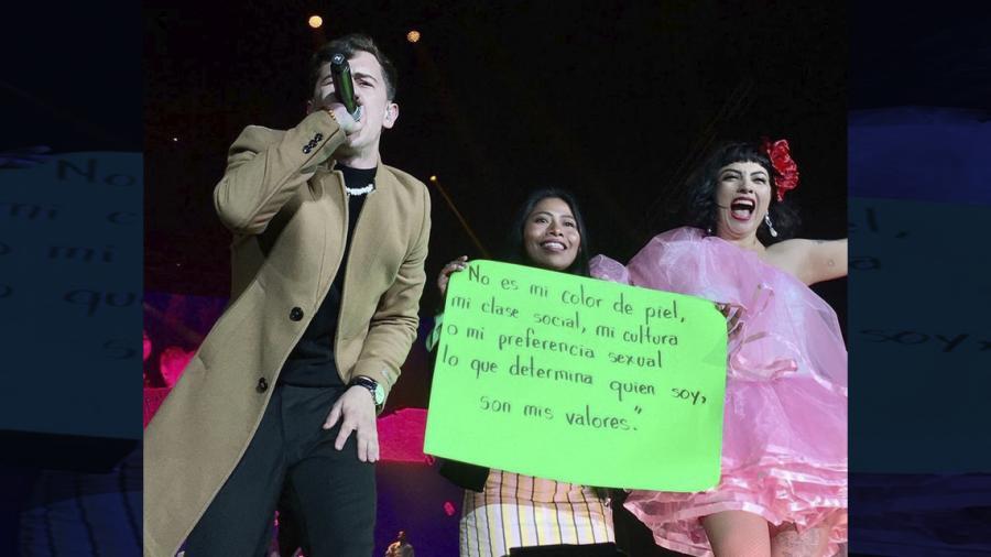 Yalitza Aparicio protesta en concierto de Mon Laferte