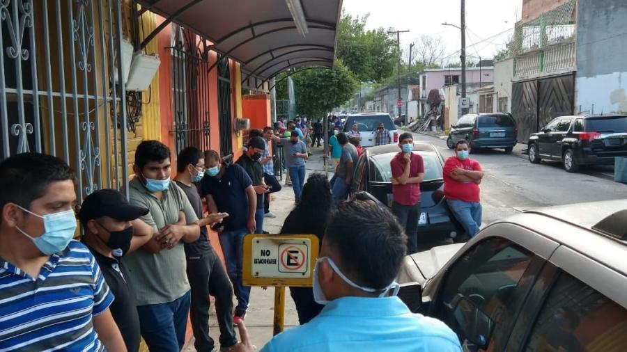 SJOIIM abre bolsa de trabajo, cientos abarrotan edificio sindical de Matamoros