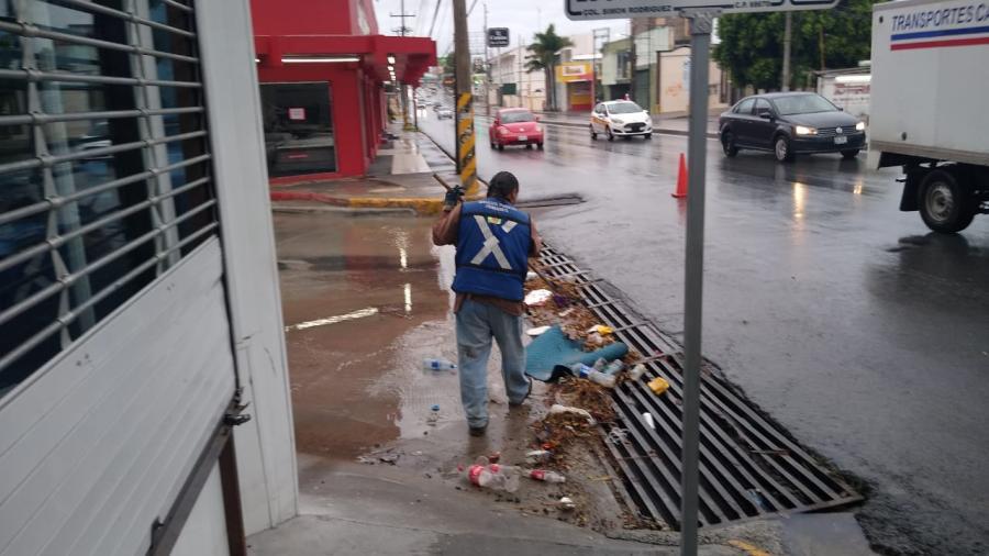 No tirar basura en la vía pública evitará la acumulación de agua
