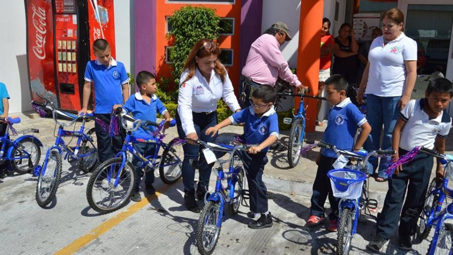 Entrega Rosy Corro bicicletas a estudiantes