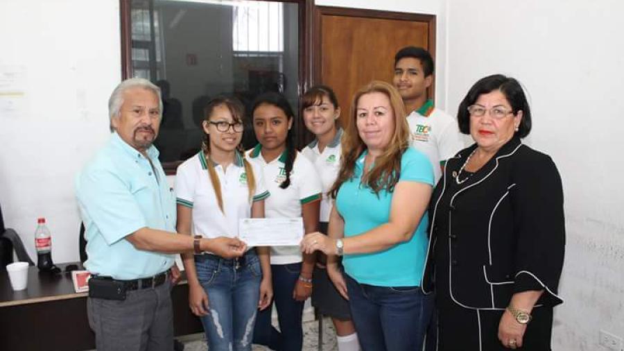 Ayuntamiento entrega recurso económico para compra de transporte escolar