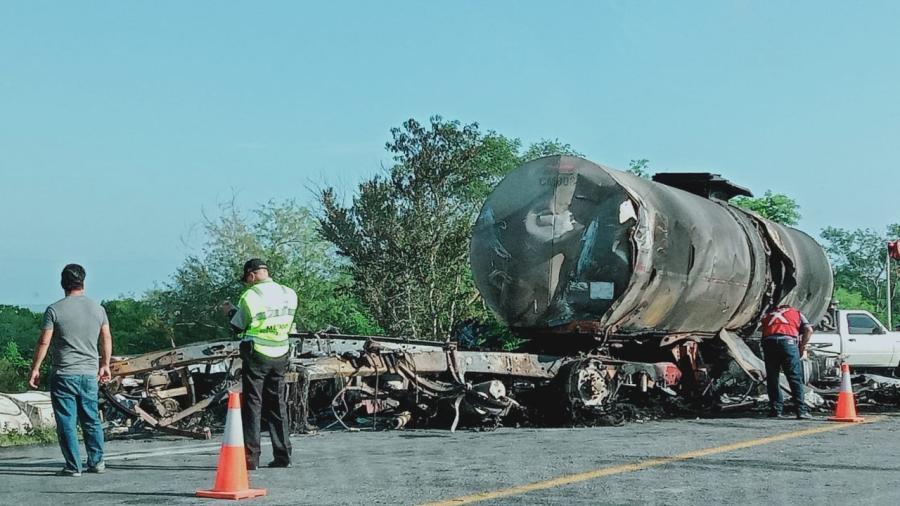 Chocan tres pipas en carretera Victoria-Matamoros; fallecen dos conductores