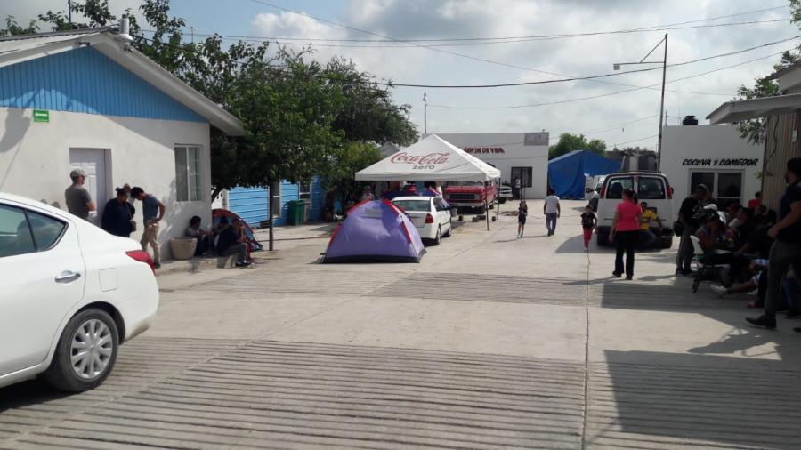 Migrantes buscan trabajos temporales mientras resuelven asilo