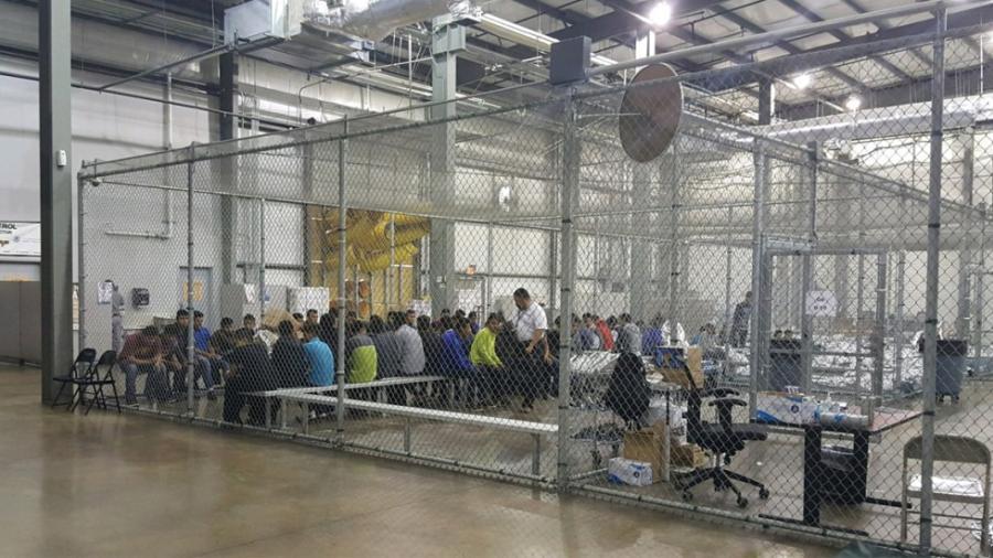 Abrirán centro de detención a migrantes en Texas