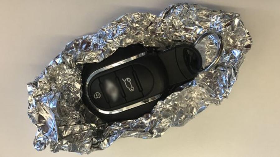Envolver las llaves de tu auto en papel aluminio, podría evitar que lo roben