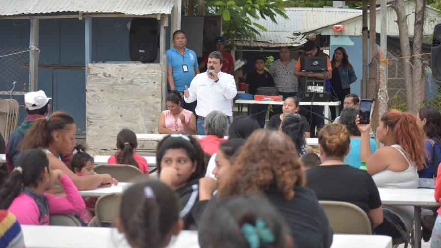 Convive Carlos Ulivarri con vecinos de la Cavazos Lerma