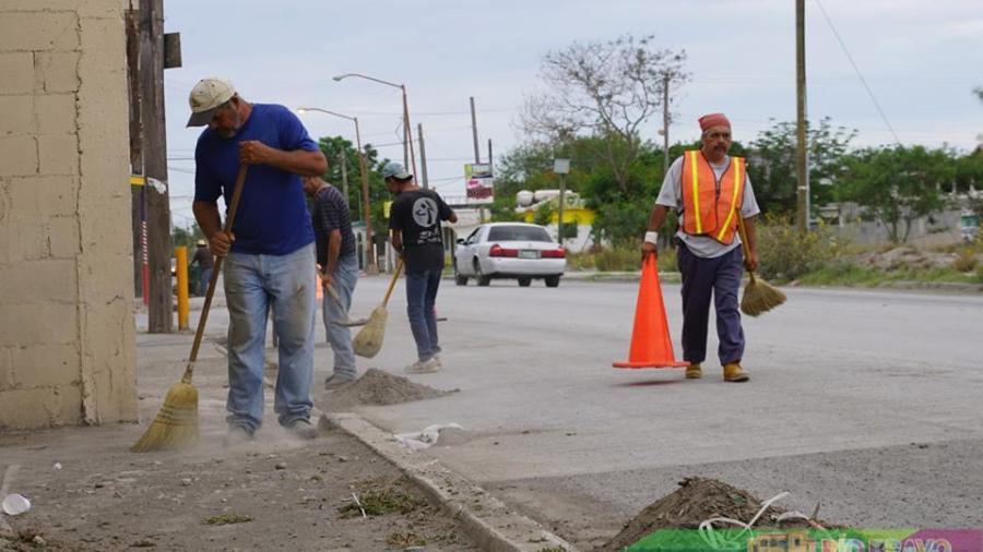 Realizan labores de limpieza en calle Cuauhtémoc