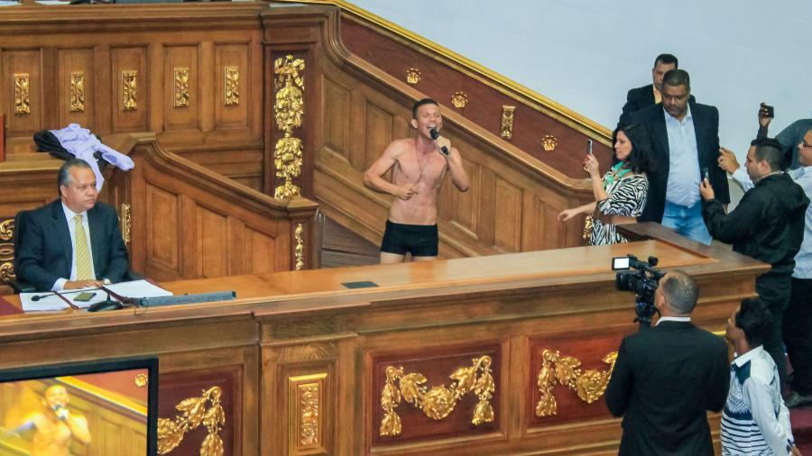 Diputado en Venezuela se desnuda como protesta en plena sesión