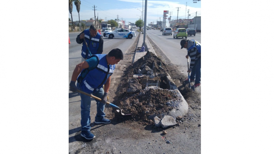Reparan cuadrillas del Municipio semáforo en Valle Alto