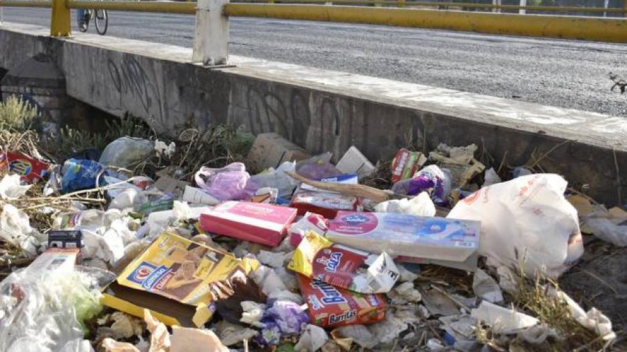 Autoridades municipales piden a la población no arrojar basura en la vía pública