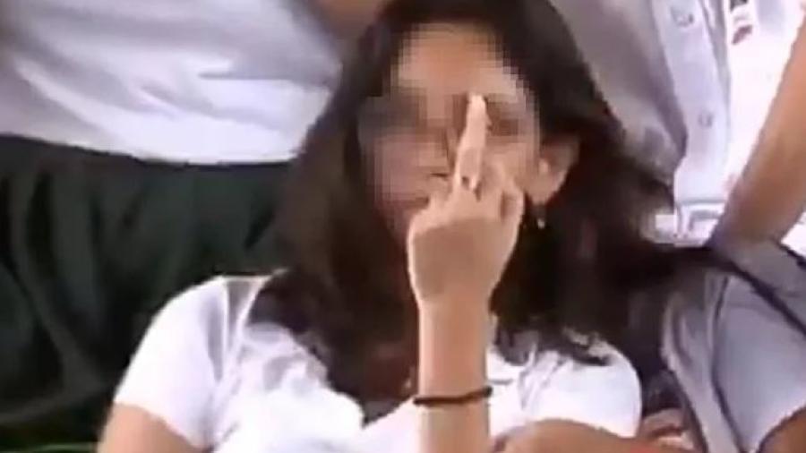 Estudiante hace señal obscena en mitin de AMLO en Mérida