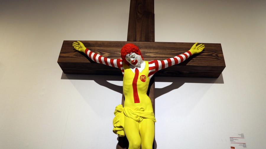 "Indigna escultura de ""McJesus"""