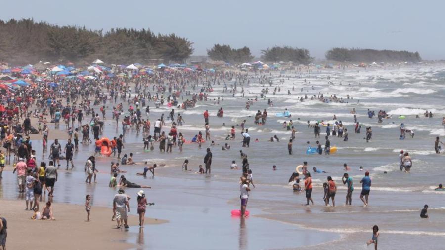 Vacacionistas y paseantes abarrotan Playa la Pesca en Soto La Marina