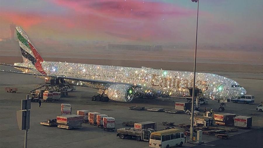 """Así es el lujoso """"Bling 777"""" el avión tapizado de diamantes de Dubai"""