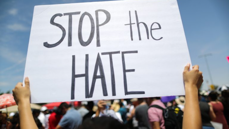 Mujer realiza ataque racista a familia latinoamericana en EU