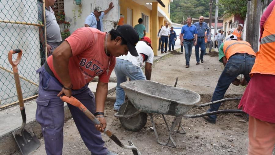 Supervisa Chucho Nader pavimentación de nueva vialidad en la colonia Pescadores