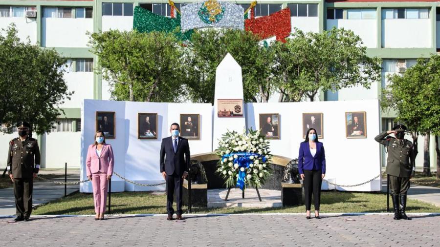 Rinden honores a los Niños Héroes en la explanada del cuartel militar