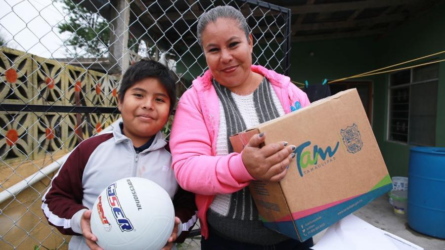 Entregan beneficios a familias de La Esperanza