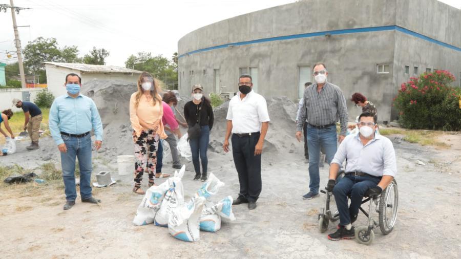Entrega Municipio costales de arena para protección de viviendas