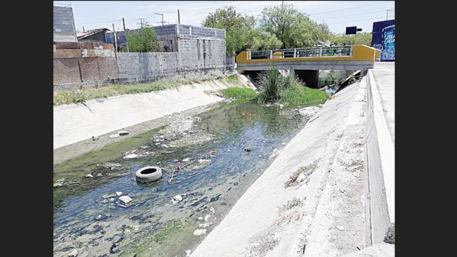 Canal de aguas negras rodea la colonia Nueva Era
