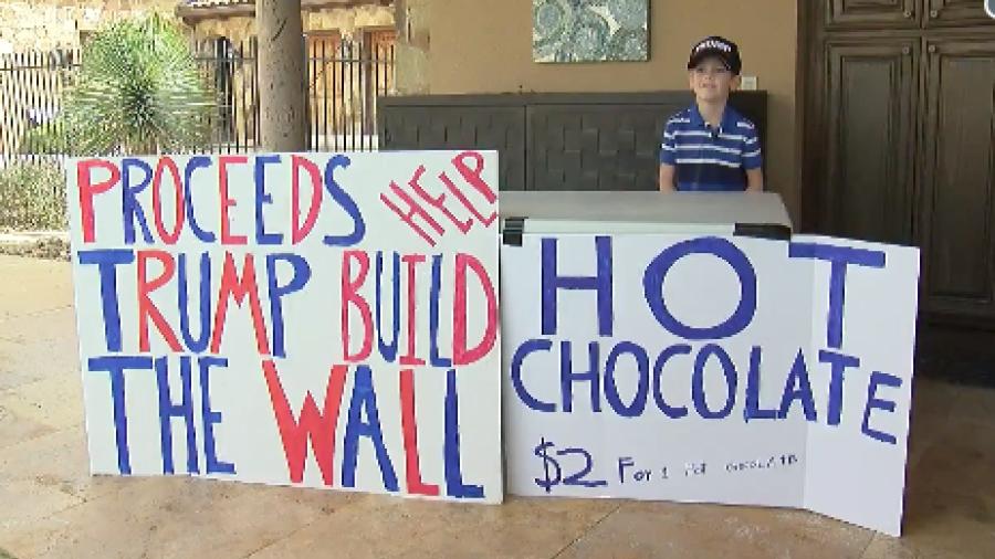 Niño vende chocolate caliente en Texas para construir muro